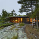 Домик у залива (Go Home Bay Cabin) в Канаде от Ian MacDonald Architect.