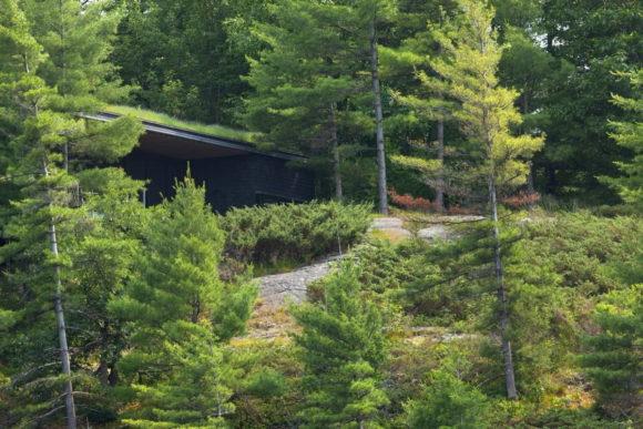Дача на скале в Канаде