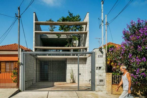 Загородный дом на узком участке в Бразилии
