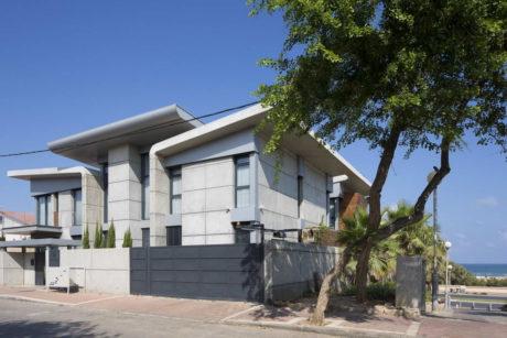 Бетонный дом на берегу моря в Израиле
