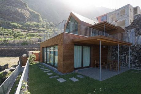Дом на склоне у океана в Португалии