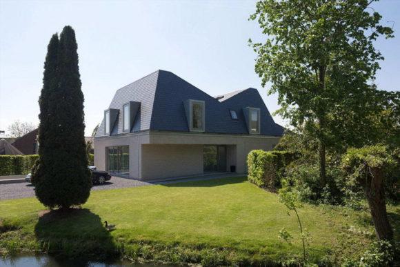 Загородный дом с ломаной крышей в Голландии