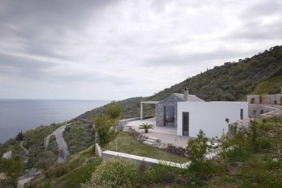 Дом на высоком берегу в Греции