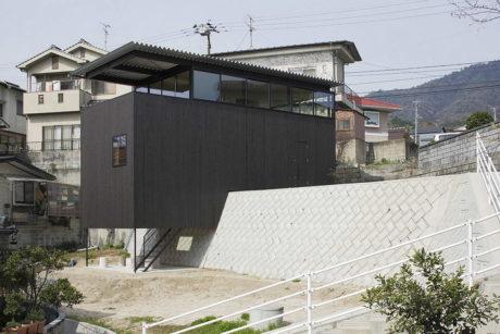 Дом с подпорной стенкой в Японии
