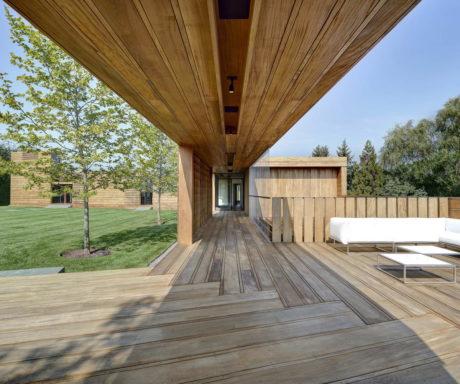 Деревянный дом в террасами в США