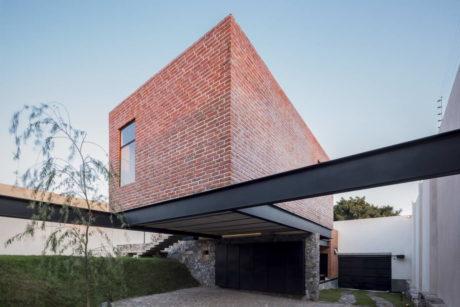 Кирпичный дом в Мексике