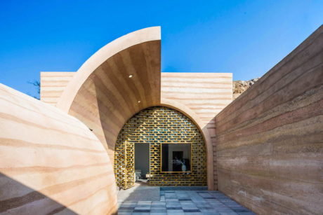 Дом-пещера (Cave House in Loess Plateau) в Китае от hyperSity Architects.