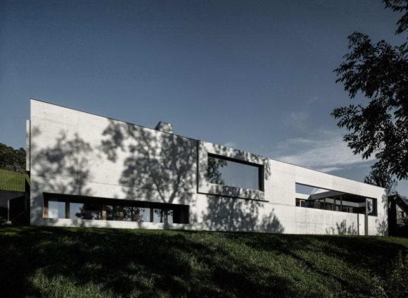 Бетонный минималистский дом в Австрии