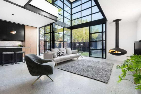 Этот потрясающий дом в пригороде Мельбурна интересен прежде всего функциональной архитектурой (как в целом, так и фасадов) и эффектным сочетанием материалов (кирпич, стекло и металл).