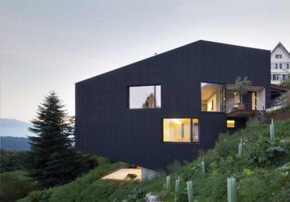 Чёрный дом на склоне в Австрии