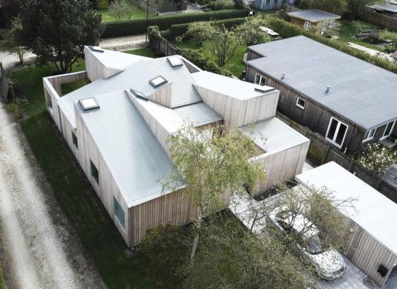 Дом-крыша (The Roof House) в Дании от Sigurd Larsen.