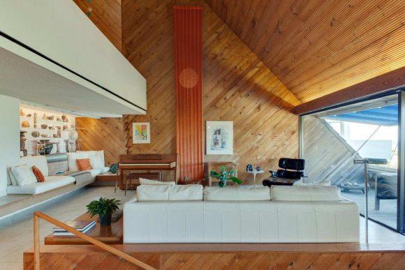 Этот эффектный загородный дом, расположенный в первой линии застройки у песчаного пляжа, построен известным архитектором Уильямом Морганом для себя и своей семьи в 1973 году.