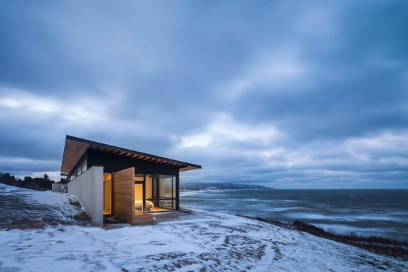 Дом у бухты (The Lookout at Broad Cove Marsh) в Канаде от Omar Gandhi Architect.