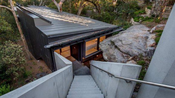 Дом у скалы в Австралии