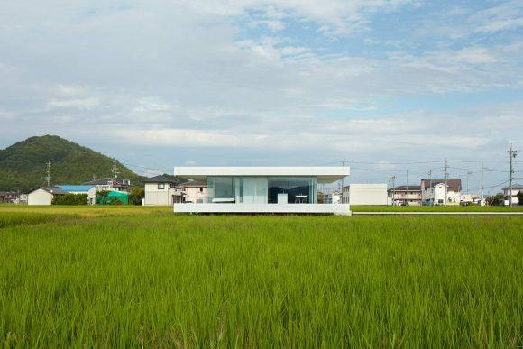 Минималистский дом на поле в Японии