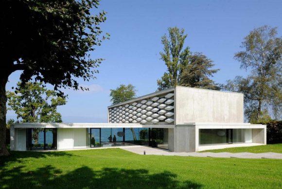 Дом на берегу озера (House on the Lake) во Франции от AUM Pierre Minassian.