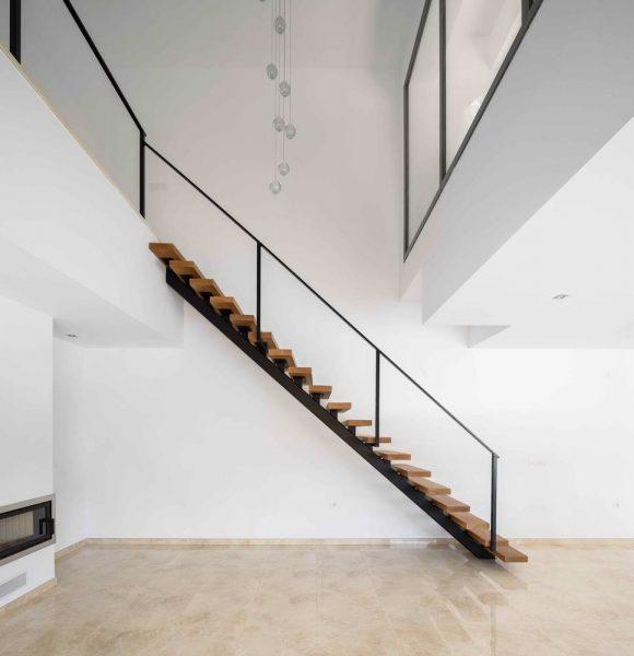 Минималистская и модернистская стилистика этого дома эффектно сочетается с традиционной испанской архитектурой (белые стены и плоские крыши).