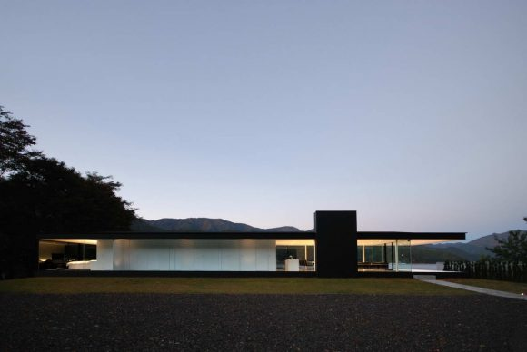Минималистский дом у озера в Японии