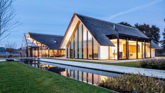 Дом с соломенной крышей в Голландии