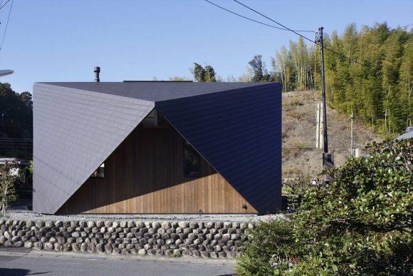 Загородный дом с необычной кровлей в Японии