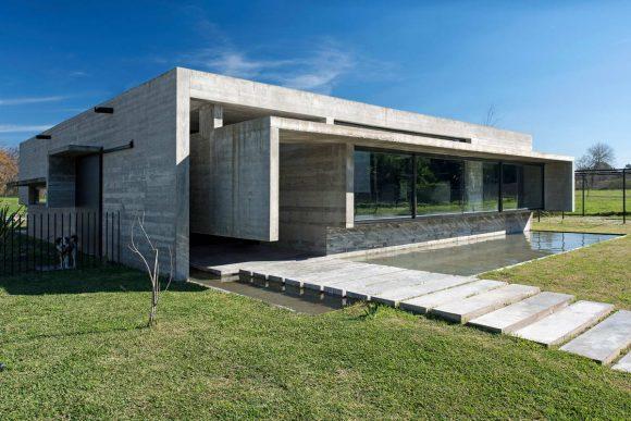 Бетонный минималистский дом в Аргентине