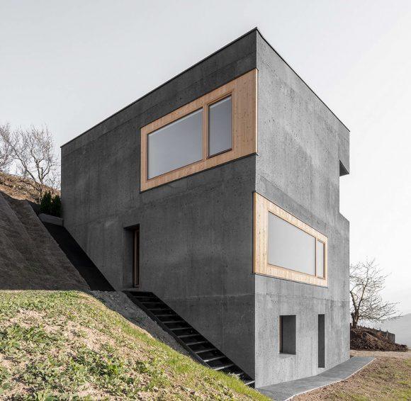 Бетонный дом на склоне в Италии