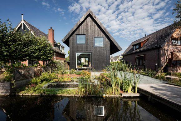 Чёрный деревянный дом в Голландии