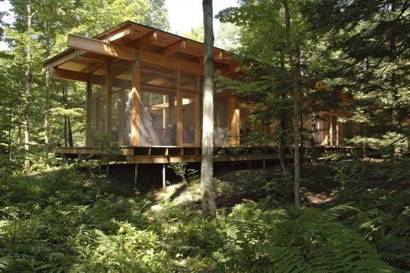 Деревянный лесной дом в Канаде