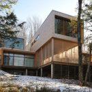 Дом в лесу у озера (Maison dans la foret pres du lac) в Канаде от Atelier Pierre Thibault.