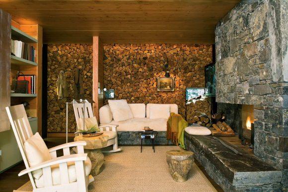 Дом с поленницей в Канаде