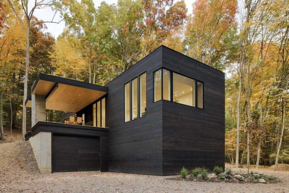 Чёрный деревянный дом в США