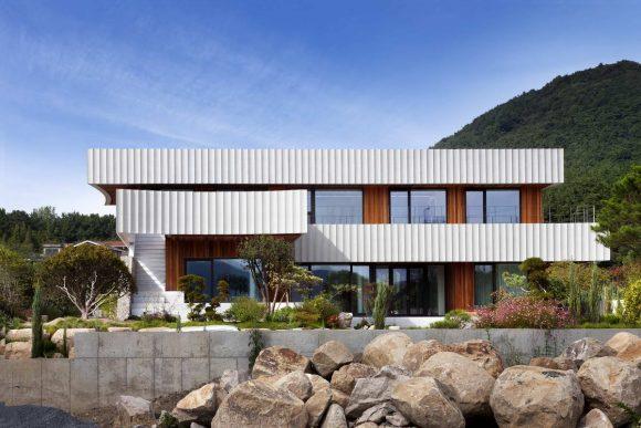 Дом с белым козырьком в Южной Корее