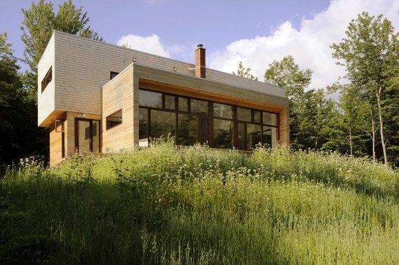 Деревянный лесной дом в Канаде с дранкой