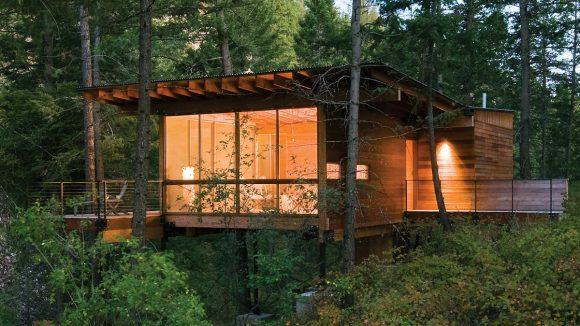 Лесной домик у озера в США