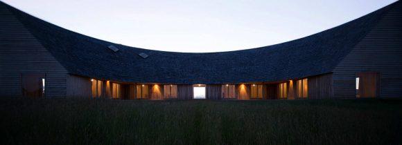 Дом в форме полумесяца (Crescent-shaped House) в Чили от Pezo von Ellrichshausen.
