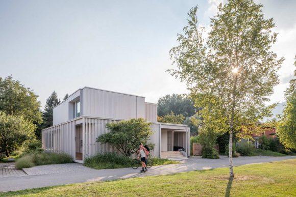 Дом на берегу Озера Биль (House at Lake Biel) в Швейцарии от Markus Schietsch Architekten.