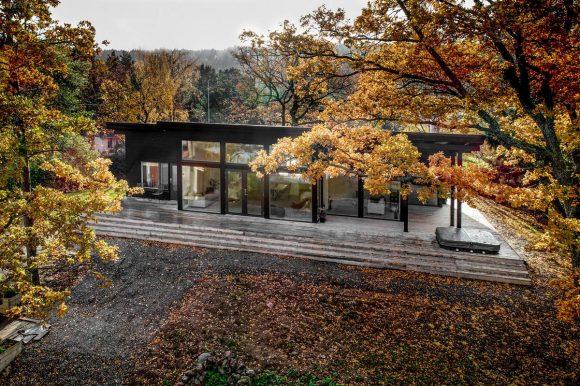 Черный деревянный дом в Финляндии