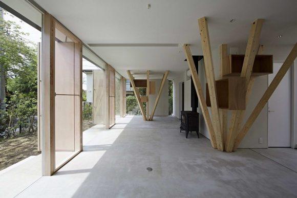 Дом с наклонными колоннами в Японии