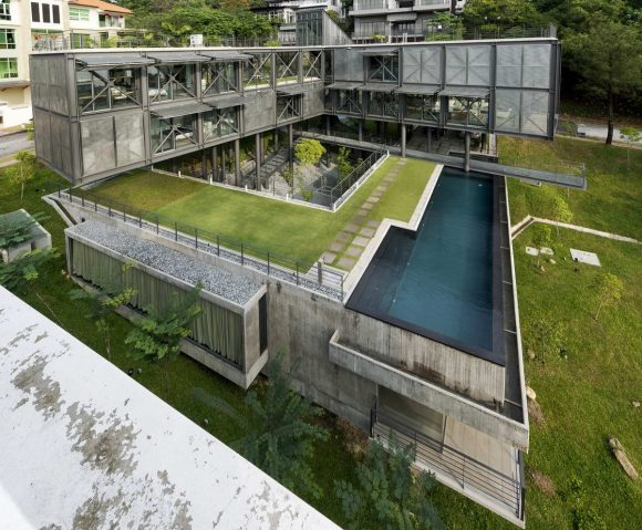 Металлический дом на склоне в Малайзии