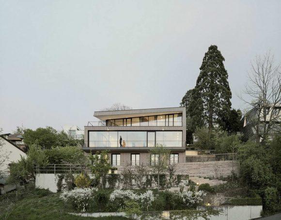 Деревянный дом на склоне в Германии