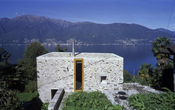 Каменная дача на склоне в Швейцарии
