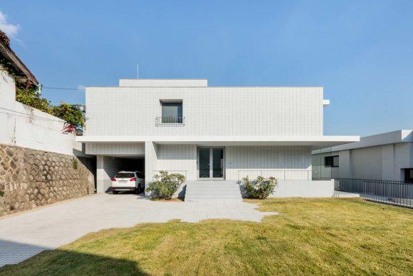 Дом из белого кирпича в Южной Корее