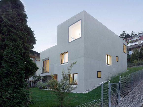 Бетонный дом на склоне в Швейцарии