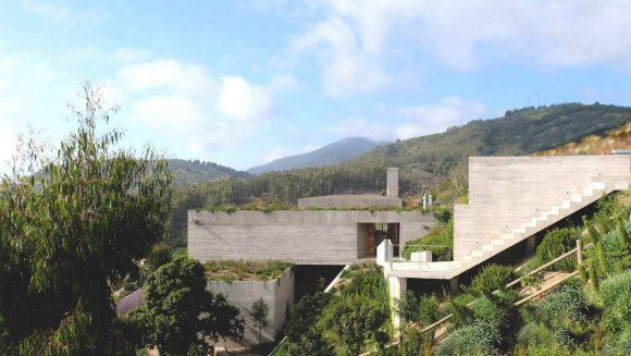 Бетонный дом на склоне в Чили