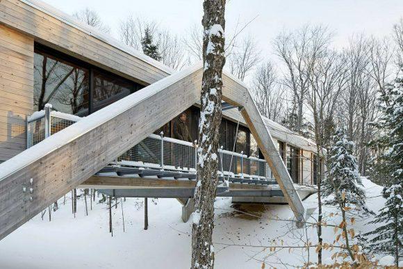 Деревянный дом-мост в Канаде