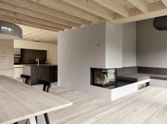 Деревянный дом на склоне в Австрии