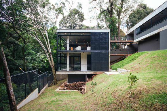 Лесной дом на склоне в Бразилии