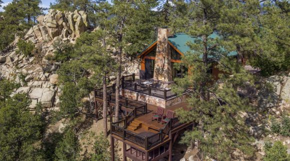 Дом среди скал и сосен в США