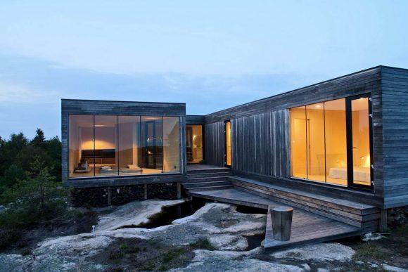 Этот небольшой деревянный загородный дом построен на роскошной прибрежной скале с видом на норвежские фьорды.