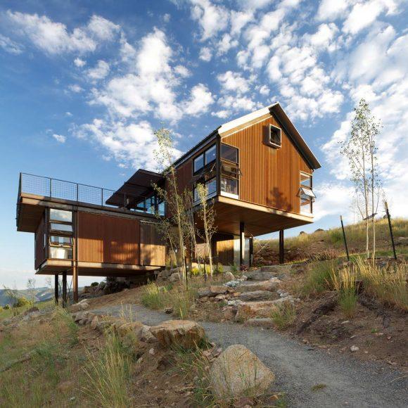 Дом с террасой на склоне в США